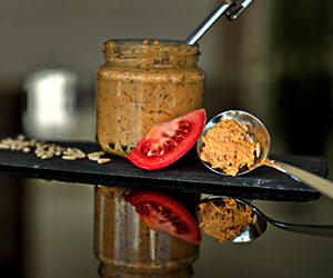 Veganer Brotaufstrich mit Tomaten-Sonnenblumenkernen